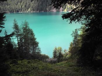 Antholzer See mit Blick auf die Straße