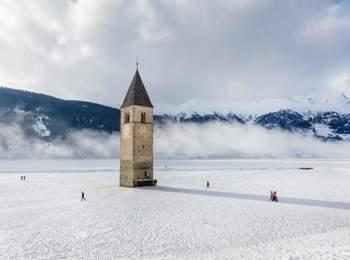 Campanile che emerge dal Lago di Resia in inverno