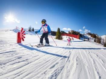 Divertimento sugli sci per i bambini in Alta Badia