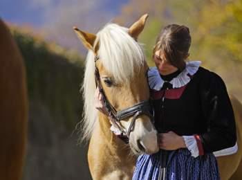 Haflinger & Frau in Tracht