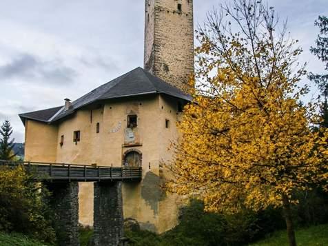 Il Castello di Monguelfo in autunno
