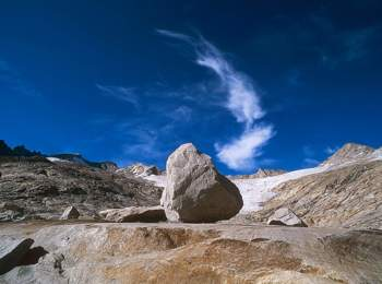 Imponenti montagne al Lago artificiale di Neves