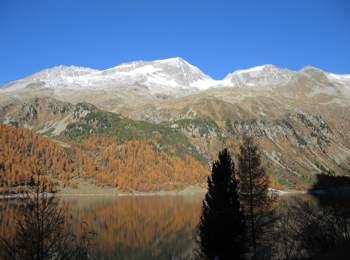 Lago artificiale di Neves in autunno