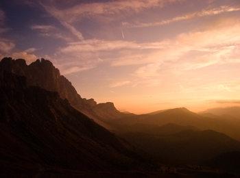 Sorgere del sole sulle montagne in Alto Adige